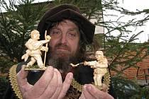 Řezbář Jaroslav Beneš představuje nové figurky svého betlému: ta vlevo je majitel restaurace Jiří Štika, ta vpravo fotograf ČTK Vladislav Galgonek