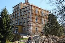 Rekonstrukce zámku Třemešek u Dolních Studének. Stav v dubnu 2019.