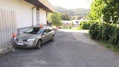 Dvaapadesátiletý muž jel v úterý 15. srpna odpoledne po Jiráskově ulici. S vozem Renault Megane nezvládl řízení, najel vpravo k budově supermarketu a narazil do betonové podezdívky.