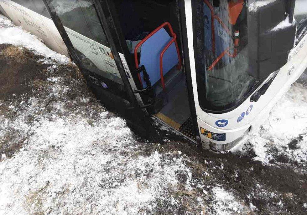 Havárie autobusu na silnici mezi Vápennou a Žulovou na Jesenicku. 7. ledna 2021