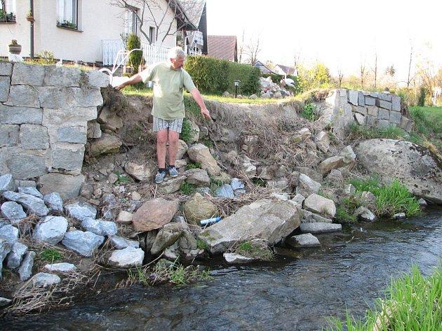 Jaroslav Schuch ze Staré Červené Vody se po deseti letech boje dočká opravy ochranné zdi.