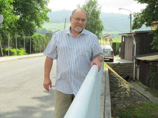 V době povodní v roce 1997 byl Addolf Jílek přednostou Okresního úřadu v Šumperku. Na snímku stojí na mostě v Rapotíně, který povodeň během dvou dnů spláchla.