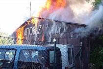 Požár autobazaru v Šumperku 8. 5. 2019.
