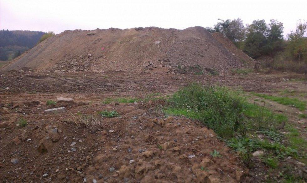 Česká inspekce životního prostředí prošetřovala v roce 2015 ukládání stavebního odpadu na polní cestu a pozemek v bývalé pískovně v Novém Malíně