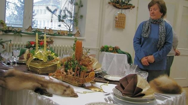 Na vánoční výstavě žáků Střední školy sociální péče a služeb v Zábřehu najdou návštěvníci nápadité a pestré aranžmá.