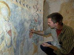 Restaurování středověké fresky.