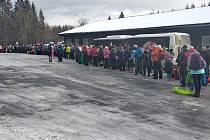 Čtenář Deníku Martin Chuda zveřejnil fotku jak to vypadá na Hvězdě, když se lyžaři nevlezou do autobusů na Ovčárnu.