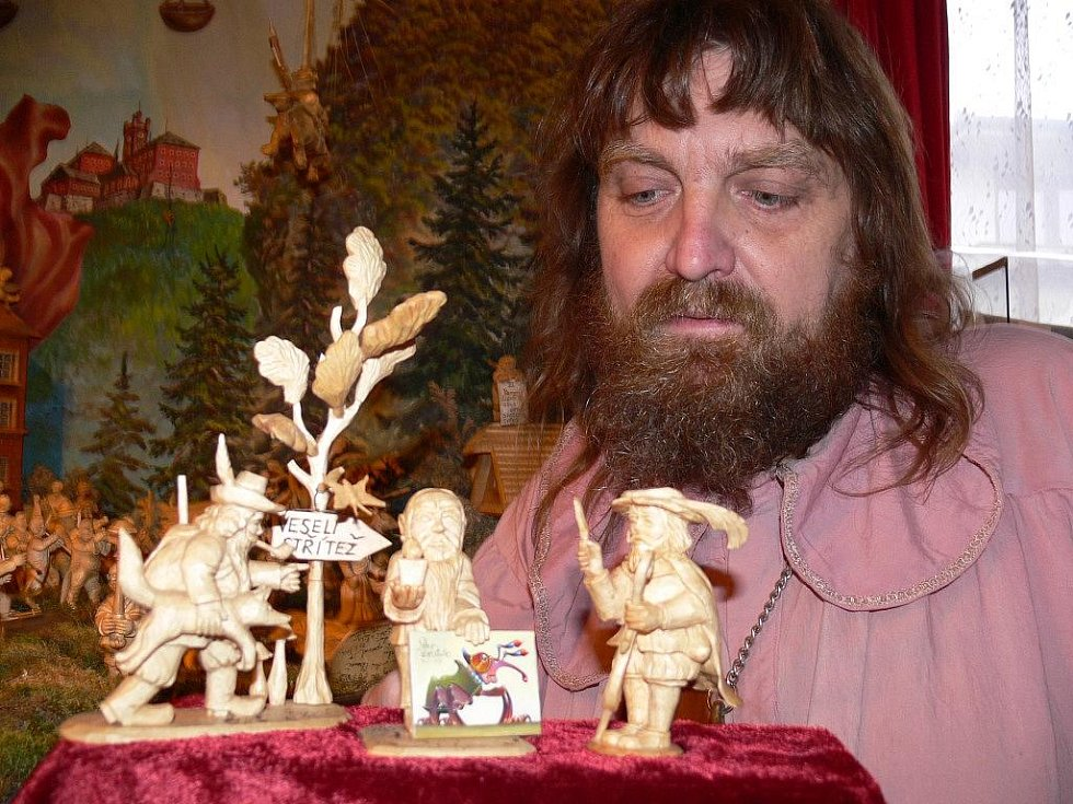 Jaroslav Beneš s jednou ze tří nových figurek svého betlému, v níž zpodobnil sám sebe