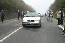 První automobil, který projel po znovuotevřené silnici přes sedlo.
