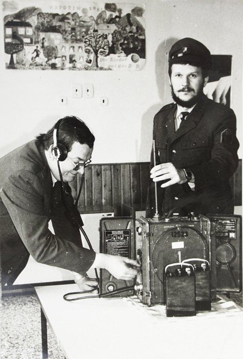 Josef Apl a Jiří Vincourek ze závodní jednotky lidových milic Hedva Šumperk připravují radiostanici ke provozu na zkouškách spojení.