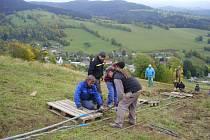 Dělníci upevňují lana na stavbě sedačkové lanovky v Kunčicích.