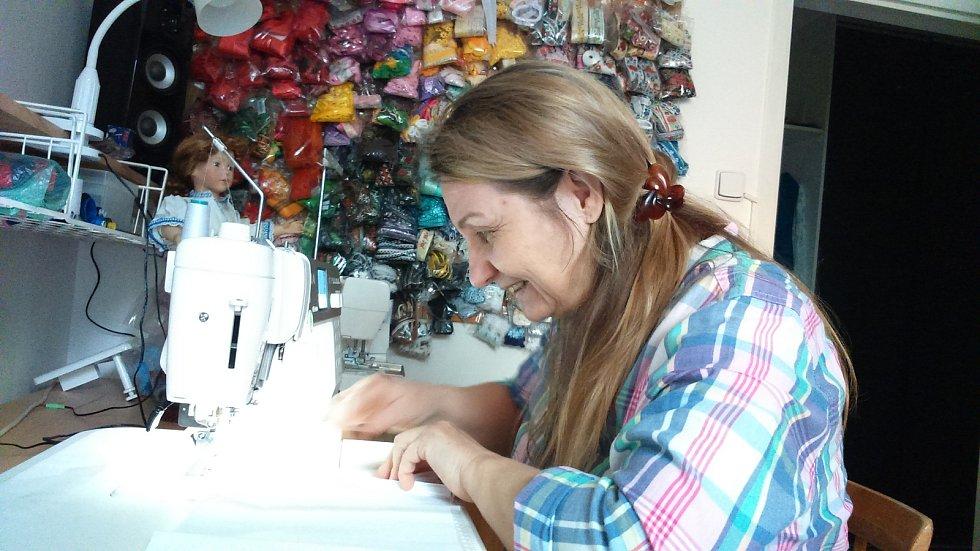Tvůrkyně krojovaných panenek, Iveta Neoralová z Mohelnice, ve své pracovně.
