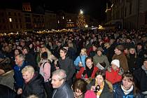 Snímek je z loňského zpívání koled s Deníkem v Olomouci, přišly davy lidí. Akce je letos poprvé i v Šumperku.