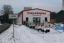 Největší budovu v areálu v Potůčníku obsadila prodejna stavebnin.