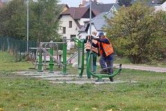 Cvičicí stroje u lávky přes Staříč k jesenickému koupališti.