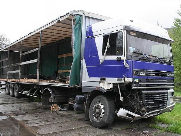 Takhle dopadl kamion odstavený v Loučné u nádraží
