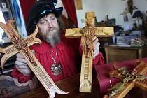 Již tradičně vyrobil loštický řezbář Jaroslav Beneš velikonoční kříže.