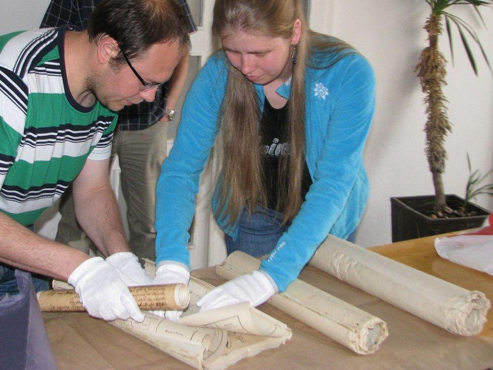 Čtveřice měděných tubusů obsahuje artefakty z minulých století, které jsou nově doplněné o materiály ze současnosti. Během středy 13. května je dělníci vrátí na své původní místo v báni věže u kostela svatého Tomáše z Canterbury v Mohelnici