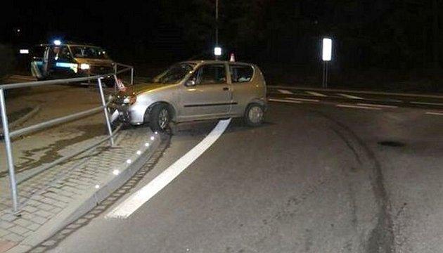 Třicetiletý muž, který usedl za volant sdvěma a čtvrt promile alkoholu, ukončil vsobotu ráno ve Vikýřovicích svou jízdu nárazem do kovového zábradlí.