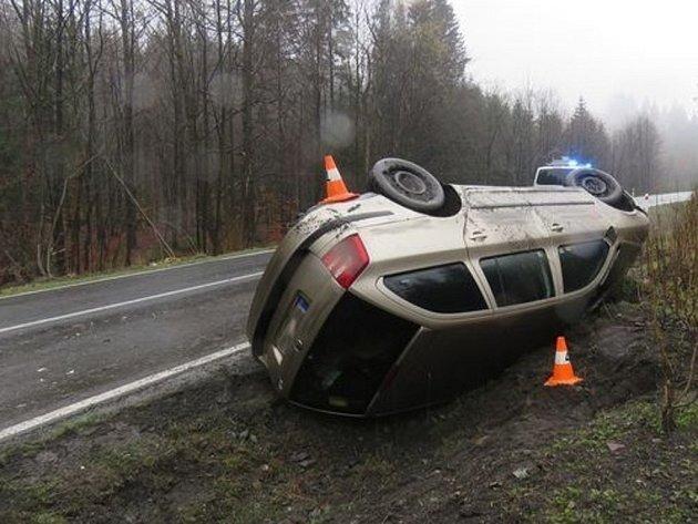 S autem převráceným na bok skončila v neděli 10. dubna svou jízdu řidička Škody Octavie, která projížděla mezi Lipovou-lázněmi a Ramzovou. Na vině byla zřejmě vysoká rychlost.
