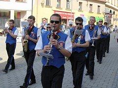 Šumperkem prošly dechové hudby a mažoretky, účastníci festivalu Hudba bez hranic.