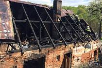 Čtyři jednotky hasičů zasahovaly v neděli 3. května u požáru rodinného domu v Písečné.