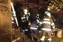 Požár přístřešku u rodinného domu v Chromči způsobil škodu za přibližně sto tisíc korun.
