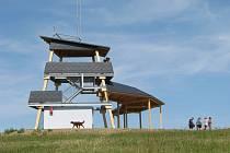 Malá rozhledna na vrcholu Brusná nad Bludovem je vyrobená ze dřeva a kovu. Z vyhlídkové plošiny ve výšce pěti metrů se návštěvníkům naskýtá nádherný rozhled po širokém okolí.