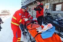 Záchranáři a lékař dívku ihned ošetřili a odvezli k vrtulníku Olomoucké nemocnice.