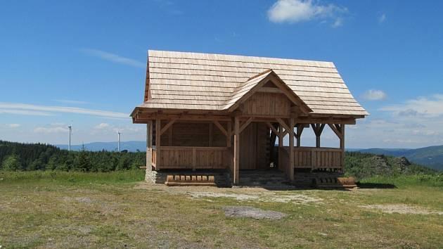 Nový přístřešek na Medvědí, který se nachází na turistickém stanovišti Pod Horní nádrží Dlouhých strání ve výšce 1180 metrů nad mořem