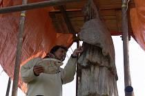Socha Jana Nepomuckého v Bludově se koncem října přestěhovala od kostela k rybníčku a pracují na ní restaurátoři