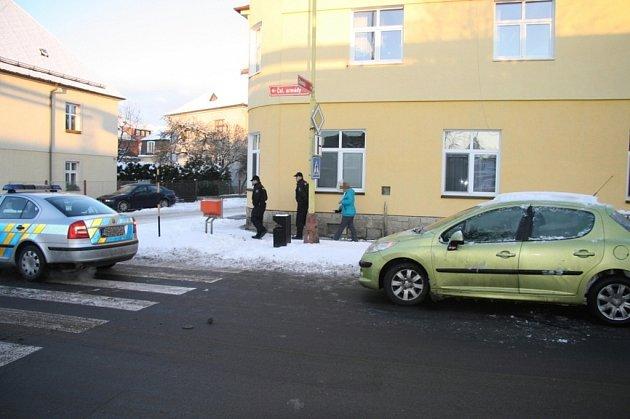 Řidička peugeotu nestihla v úterý 6. ledna dobrzdit za policejním vozem, který zastavil v ulici ČSA v Šumperku před přechodem pro chodce, a zezadu do něj nabourala.