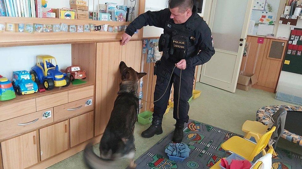 Anonym škole v Šumperku vyhrožoval bombou