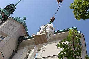 Instalace replik soch historických osobností na budovu radnice v Šumperku.