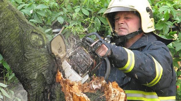 Hasiči zasahují u stromu, který spadl ve Vrchlického ulici v Šumperku během bouře, která se nad městem přehnala ve středu 25. června kolem deváté hodiny večerní. Vzrostlá višeň se skácela na terasu, kromě mírných škod se naštěstí nikomu nic nestalo.