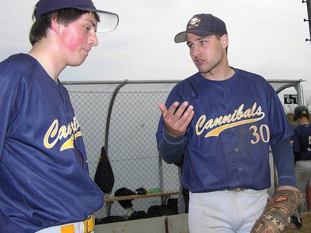 Kouč šumperských baseballistů Konstantin Kavrentzis (vpravo) hovoří s jedním z Kanibalů.