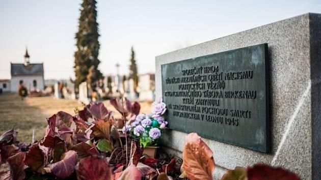 V hromadném hrobě na bělovodském hřbitově leží oběti pochodu smrti, který v kruté zimě roku 1945 táhl z koncentračního tábora Osvětim přes Javornicko do Kladska. Nelidským podmínkám podlehlo ve vesnici či blízkém okolí třináct vězňů.