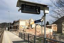 Demolice části výpravní budovy v železniční stanici Hanušovice.