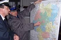 Luděk Stolařík z dopravního inspektorátu probírá se svým polským kolegou podrobnosti služby.