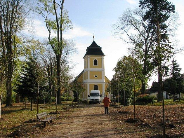 Kdysi hodně zchátralý kostel svaté Barbory v Zábřehu obnovili členové tamního sejnojmenného sdružení. To je ale hodně finančně vyčerpalo. Teď potřebují získat prostředky na opravu střešní krytiny. Město jim přispěje 350 tisíci korunami.