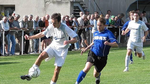 Fotbalisté Mohelnice v bílém.