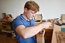 Šimon Šimík z Mikulovic vyrábí pod značkou Manopu kožedělné výrobky.