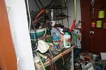 Fotografie z domovní prohlídky při zadržení výrobce a distributora drog v Mohelnici.