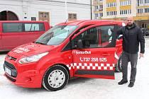 Jeseník zajišťuje od 1. února zvýhodněnou dopravu pro své nejstarší obyvatele. K lékaři či na úřad je vozí auto označené jako SeniorBus.