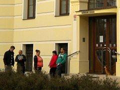 Obžalovaná Eva Gabčová (uprostřed) před budovou Okresního soudu Šumperk