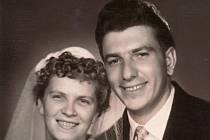 Píše se rok 1958 a Singerovi se právě vzali.