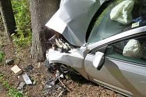Osmadvacetiletý řidič Škody Octavia boural v neděli 25. září kolem půl dvanácté dopoledne mezi Starým Městem a Hanušovicemi. Při jízdě podle svých slov usnul a narazil do stromu. Zranil se on i jeho spolujezdec.