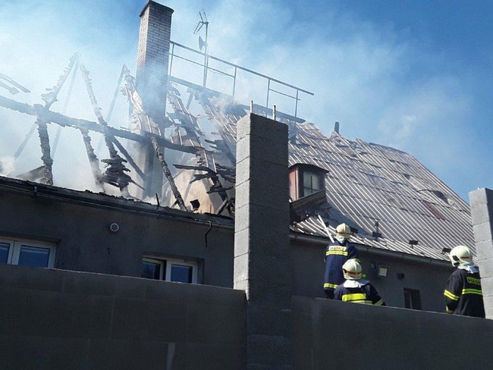 Požár rodinného domu poblíž budoucího obchvatu Bludova.