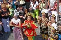 Mezinárodní folklorní festival v Šumperku vrcholí. V sobotu 17. srpna dopoledne zaplnily ulice města domácí soubory i zahraniční hosté, kteří v programu nazvaném Roztančená ulice prošly od radnice přes pěší zónu až do parku U sovy.
