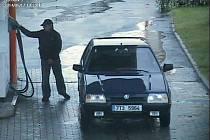 Snímek z bezpečnostní kamery zachycuje muže, který vždy natankuje a ujede.